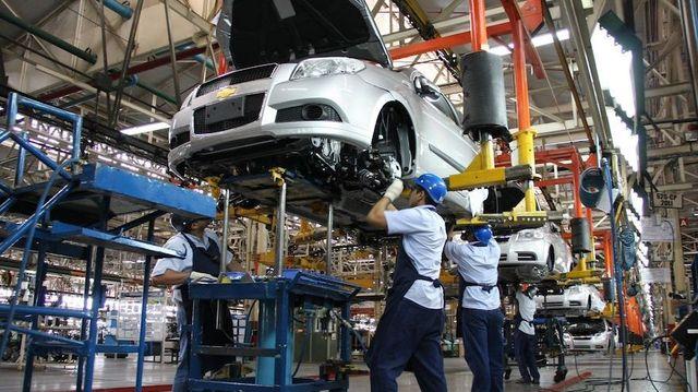 Sectores de la industria y la construcción caen más del  10 %  en Argentina