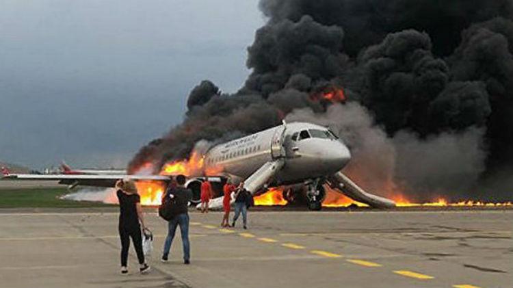 Recuperan 41 cuerpos del avión incendiado en Moscú