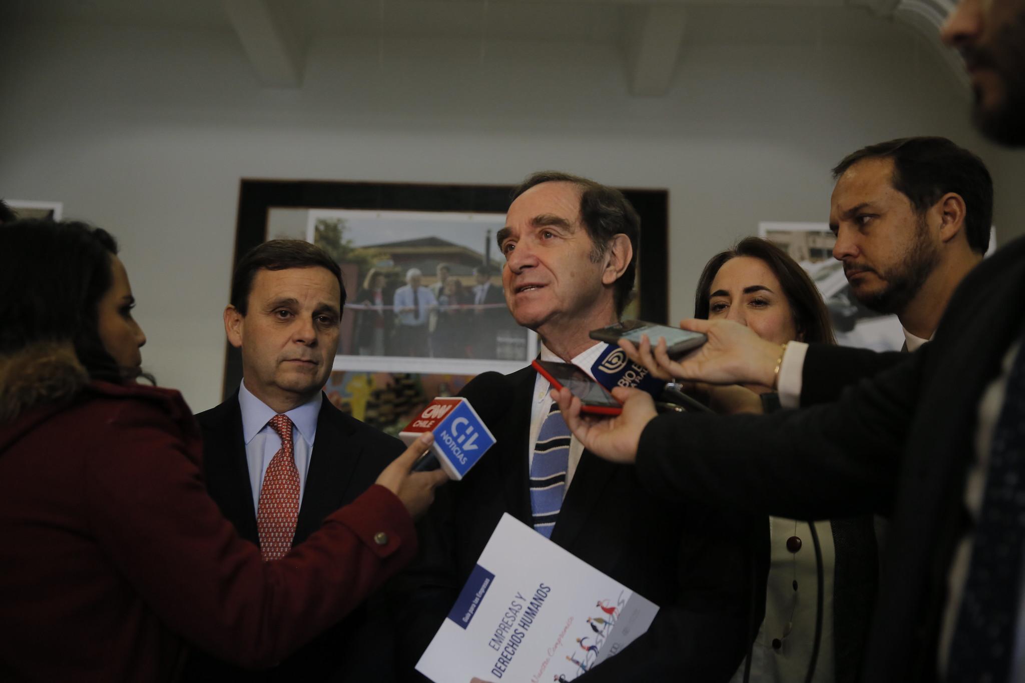 Adopción homoparental: Movilh acusa a ministro Larraín de «persistente homofobia»