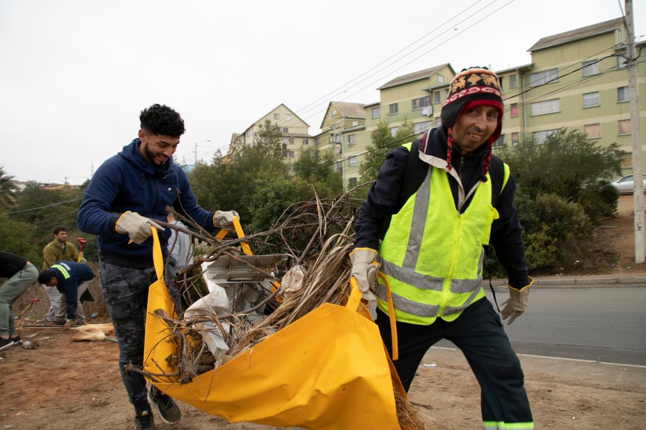 Vecinas y vecinos se organizan para limpiar zonas altas de Valparaíso