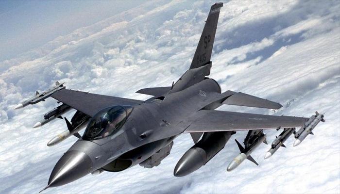 (Video) Un F-16 se estrelló en una instalación cercana a una base militar de EE. UU.