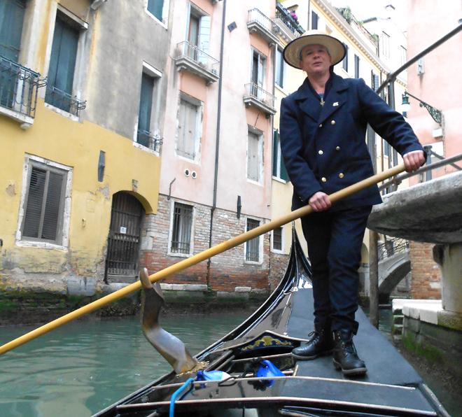 En Venecia buscan preservar la tradición de remar de pie y mirando hacia adelante