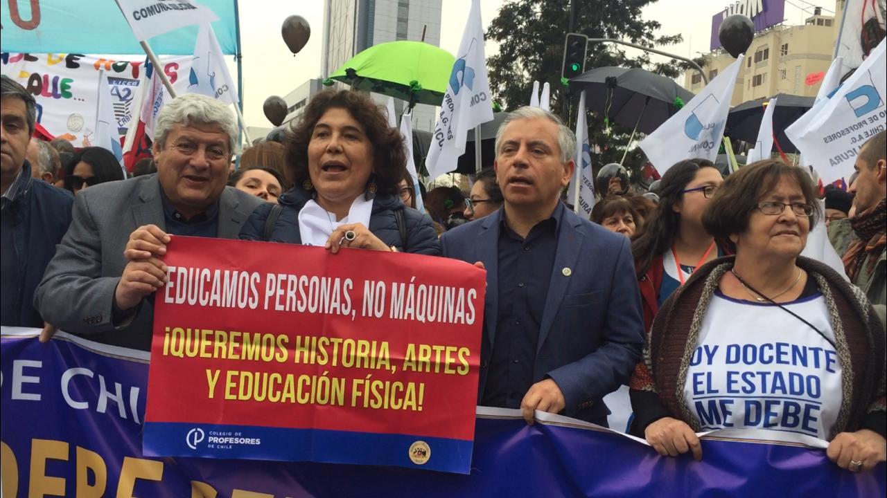 Multitudinaria marcha de profesores en Santiago: Más de 127 buses llegaron desde regiones