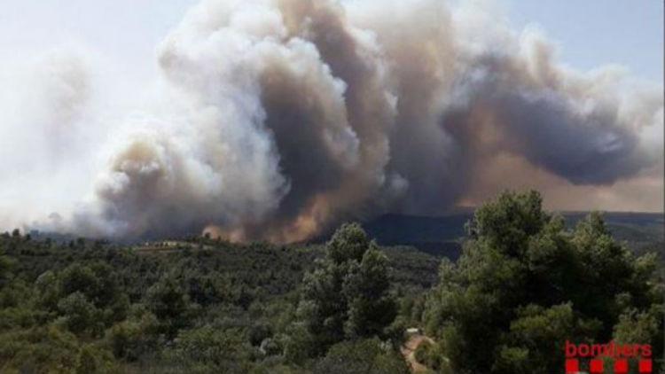 """Un incendio que sigue """"fuera de control"""" ya quemó 4.000 hectáreas en Cataluña"""