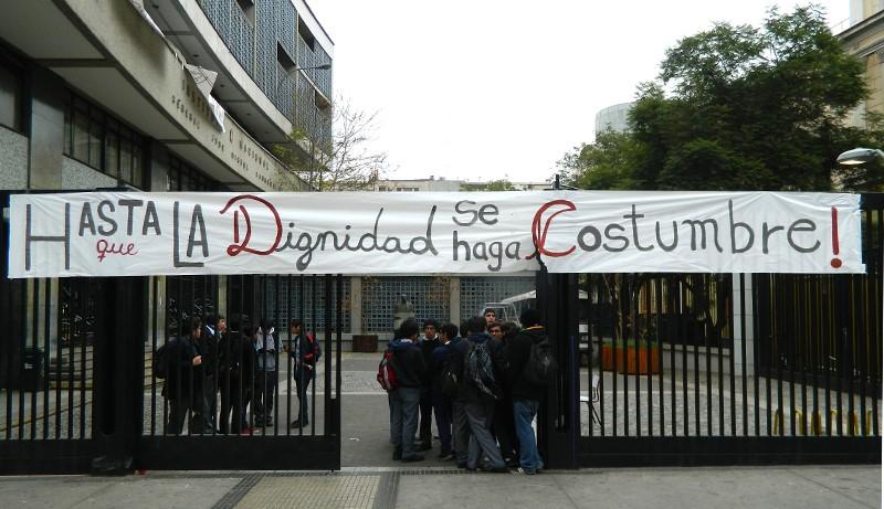 Apoderados de Instituto Nacional y diputado Gabriel Boric manifiestan apoyo a los estudiantes