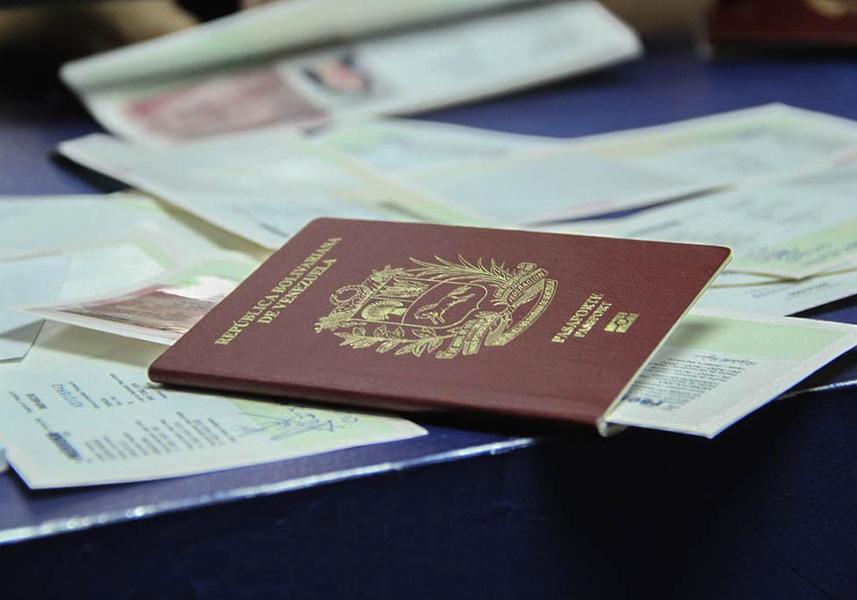 """¿Y las medicinas y alimentos? Guaidó """"aprueba"""" decreto sobre pasaportes venezolanos con """"aval"""" de EE. UU."""