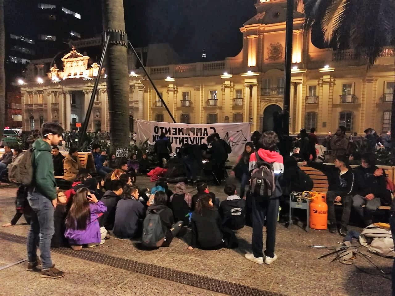 Plaza de Armas: Estudiantes levantan campamento en rechazo a políticas del Gobierno