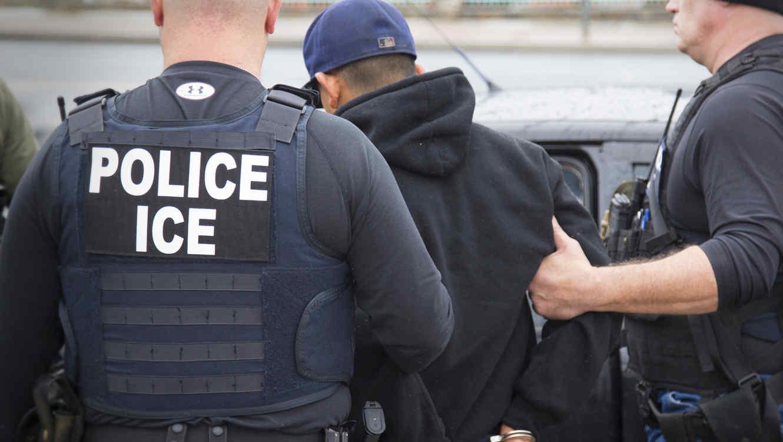 EE. UU. explora opciones para arrestar y deportar a familias de inmigrantes con orden de expulsión