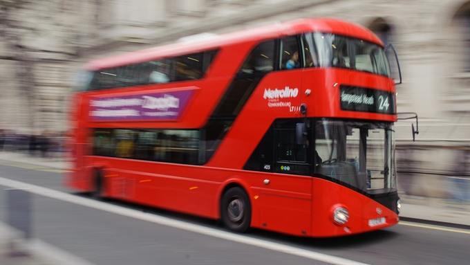 (Fotos) Brutal agresión contra pareja de lesbianas en un autobús de Londres