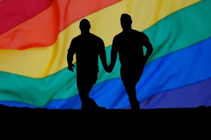 Denuncian a padre de apuñalar a su hijo por ser homosexual