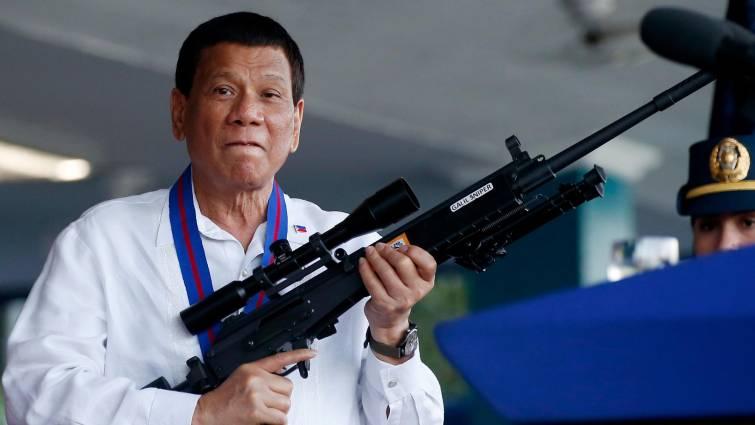 Piñera se abstuvo de pedirle a Bachelet informe sobre Filipinas: Presidente ha asesinado a 27 mil civiles