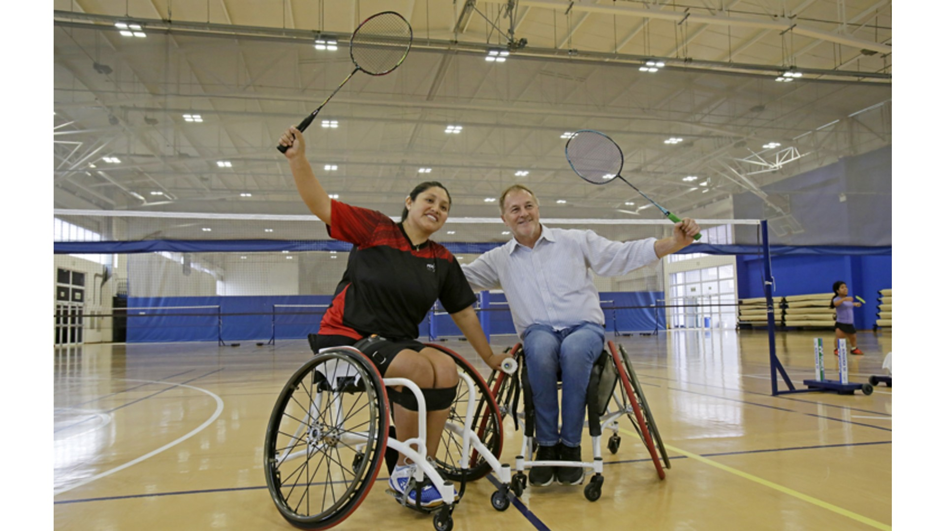 Alcalde de Lima juega en silla de ruedas con para-deportista