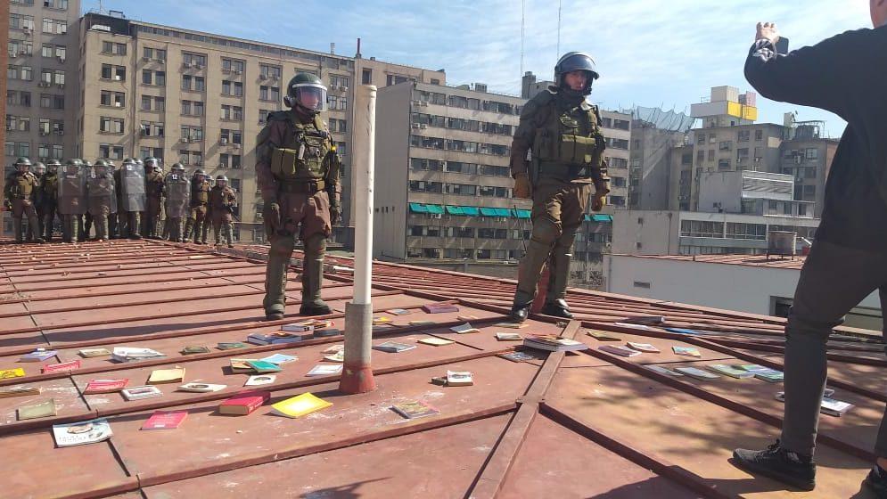 Video: Orina de FFEE apostados en techo de Instituto Nacional habría caído a salas de clases