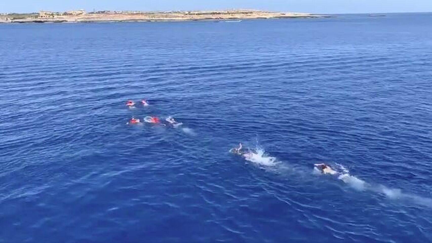 ¡Desesperados! Migrantes saltaron al mar desde el buque Open Arms