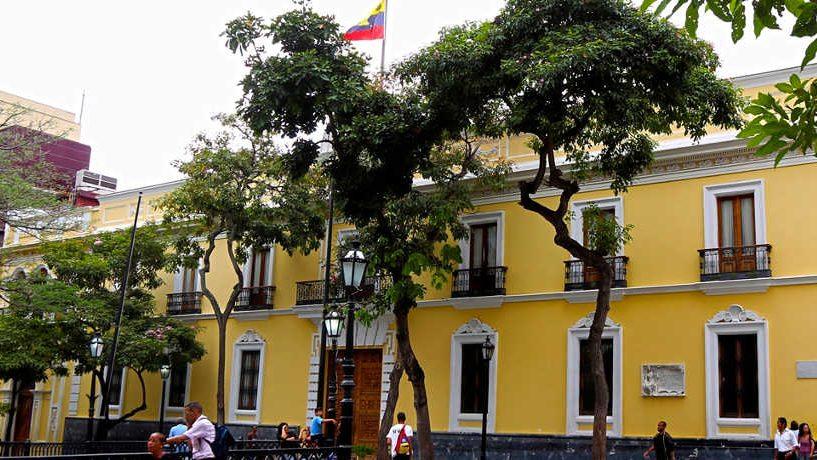 Venezuela llama a sus ciudadanos a postergar viajes a EE. UU. o extremar precauciones