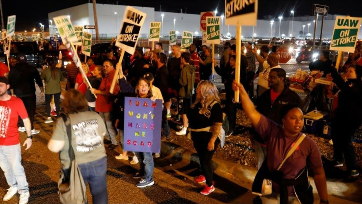 Trabajadores de General Motors inician huelga en EE. UU.
