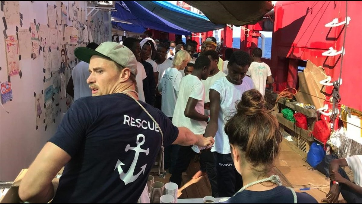 Ocean Viking a la espera de un puerto para desembarcar a más de 180 migrantes recuperados en el Mediterráneo
