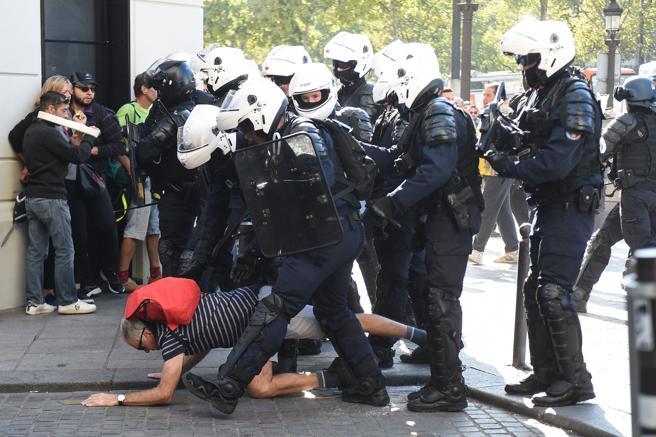 Gobierno de Macron arremete contra los chalecos amarillos y detiene a más de 100 manifestantes