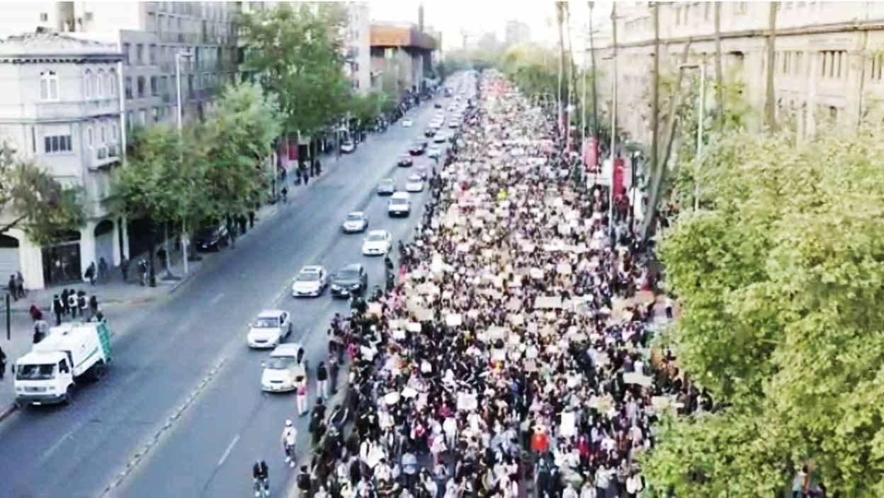 Video muestra impresionante marcha contra la crisis climática en Santiago