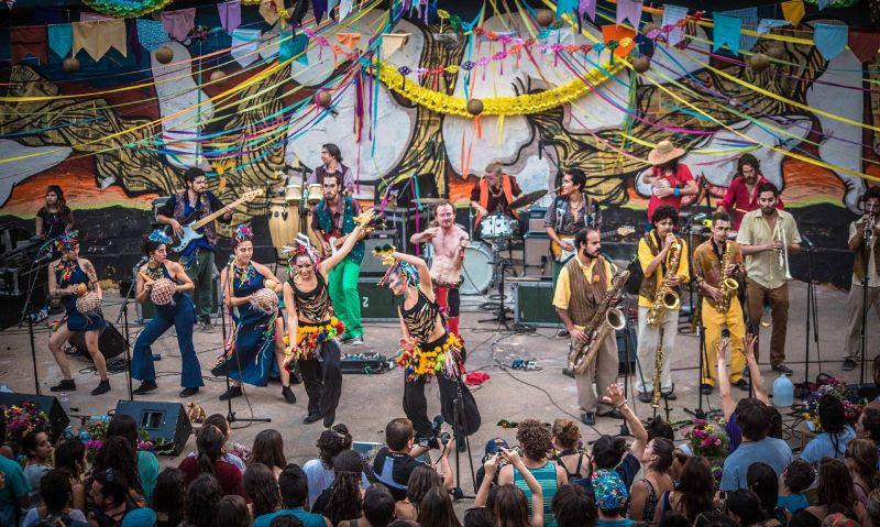 Newen Afrobeat se presenta en jornada doble en Bar El Clan