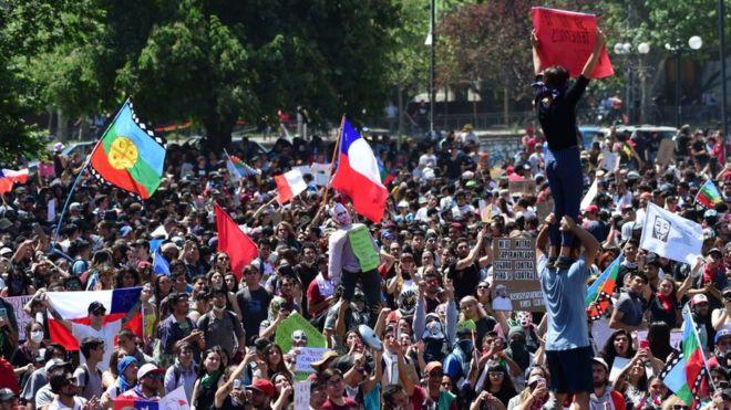 25 documentales en línea que te ayudarán a desmontar la falacia del oasis neoliberal chileno