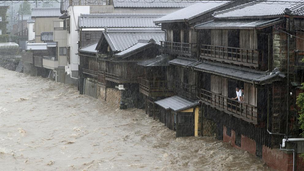 (Video) Con fuertes vientos de 200 km/h, el tifón Hagibis causa estragos en Japón