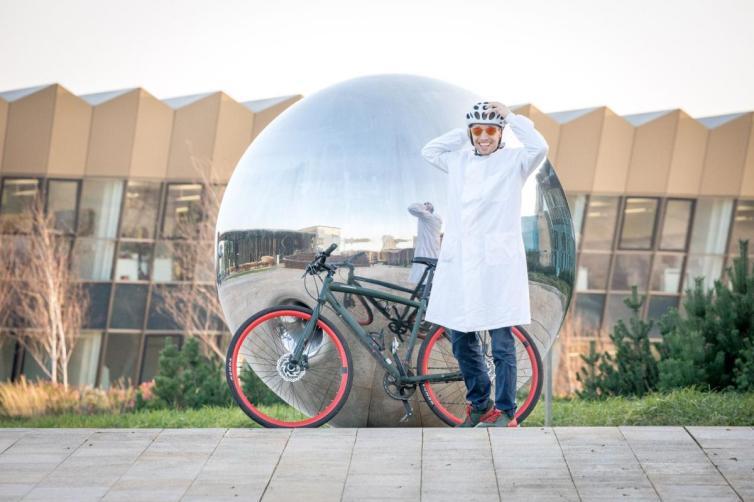 Bioquímico español divulga la ciencia recorriendo países en una bicicleta