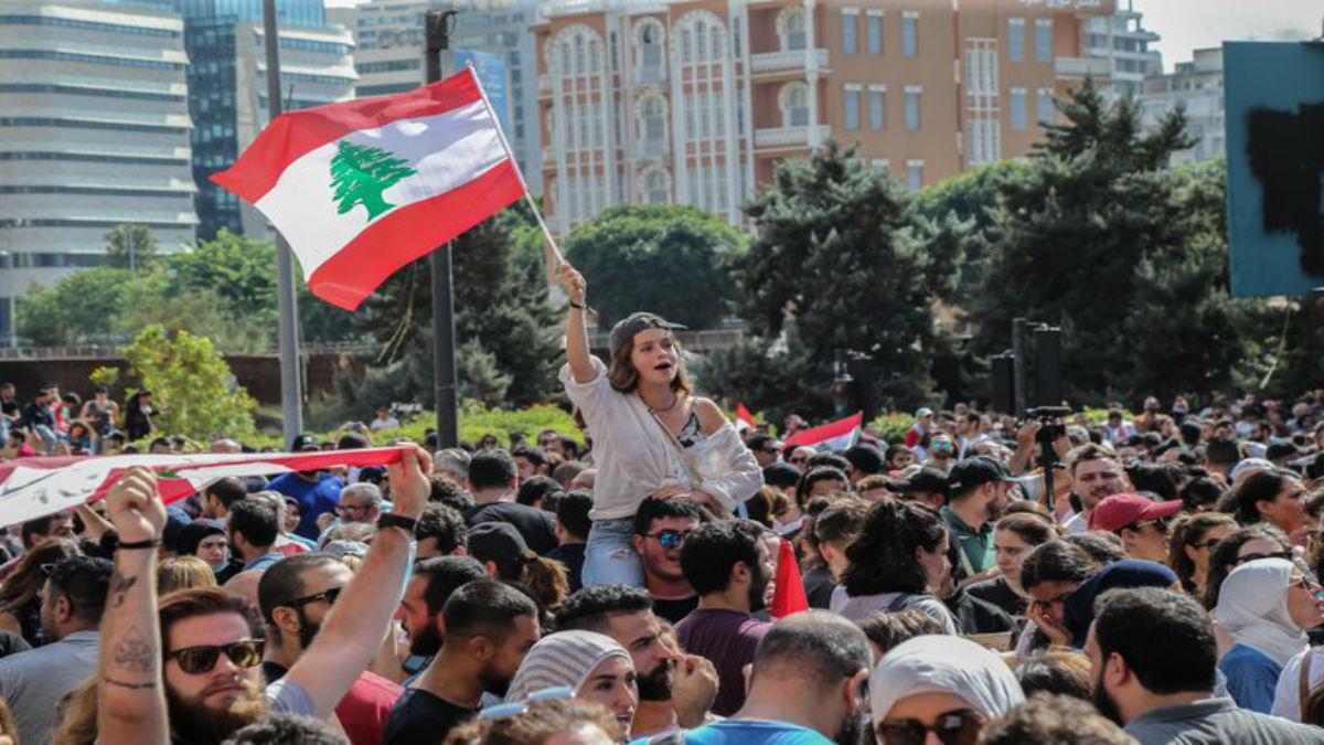 Libaneses toman calles en protesta contra el Gobierno y los nuevos impuestos