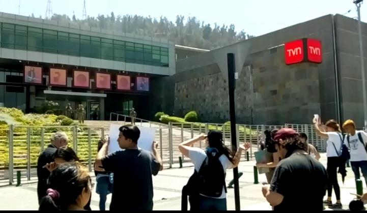Ciudadanos protestan frente a medios tradicionales por cuestionada cobertura ante movilizaciones