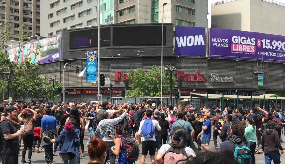 «¡Que se vayan los milicos!»: Así se vive la jornada de desobediencia civil en Santiago
