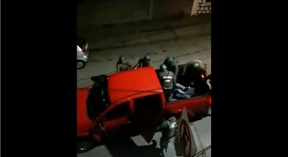 Video muestra a carabineros subiendo a camioneta 'civil' a dos transeúntes y golpeando a uno de ellos