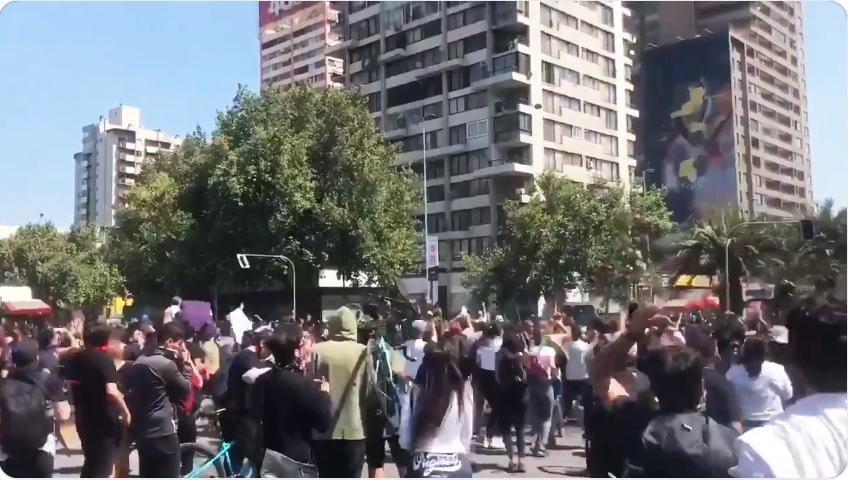 Pese a violencia del Gobierno, ciudadanos reactivan protestas en Santiago