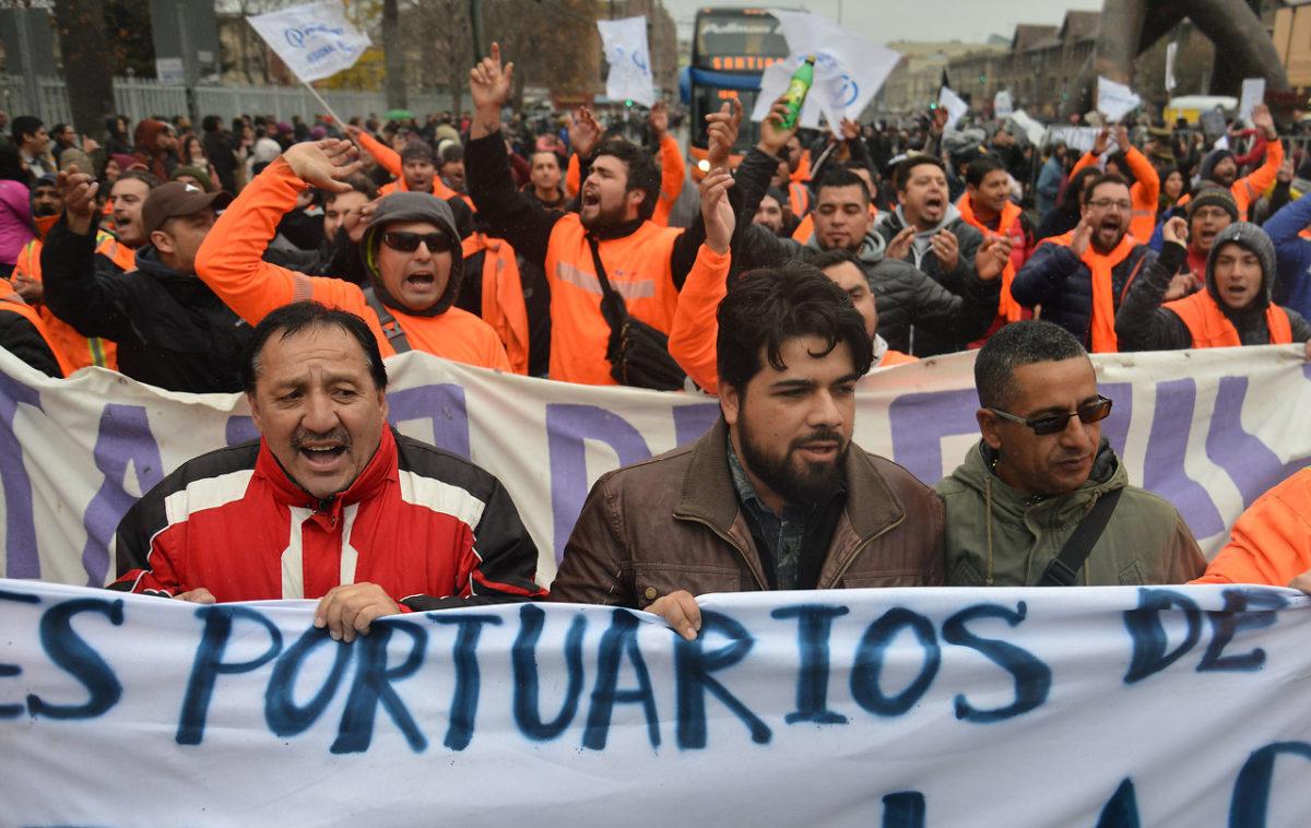 ¡Basta de asesinar! Trabajadores portuarios del mundo advierten que bloquearán cargamento de Chile si no cesan medidas dictatoriales
