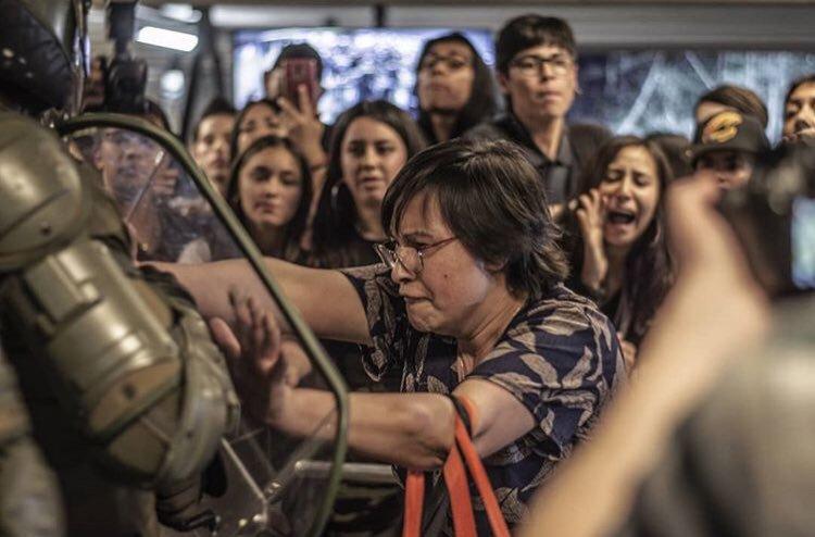 Capitalinos responden con cacerolazo y bocinas al Estado de Emergencia decretado por Piñera