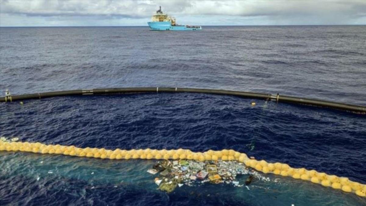 Proyecto de protección ambiental pone en marcha dispositivo flotante para recolectar plásticos del océano