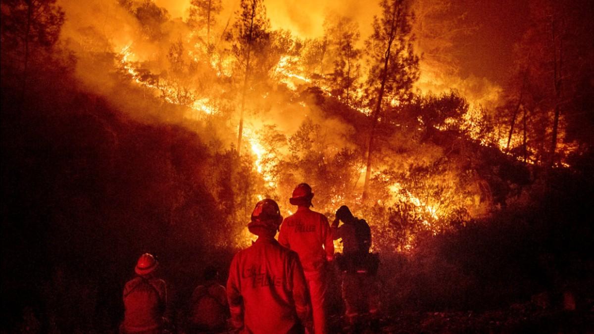 (Video) Se agravan incendios forestales en California tras ronda de vientos secos