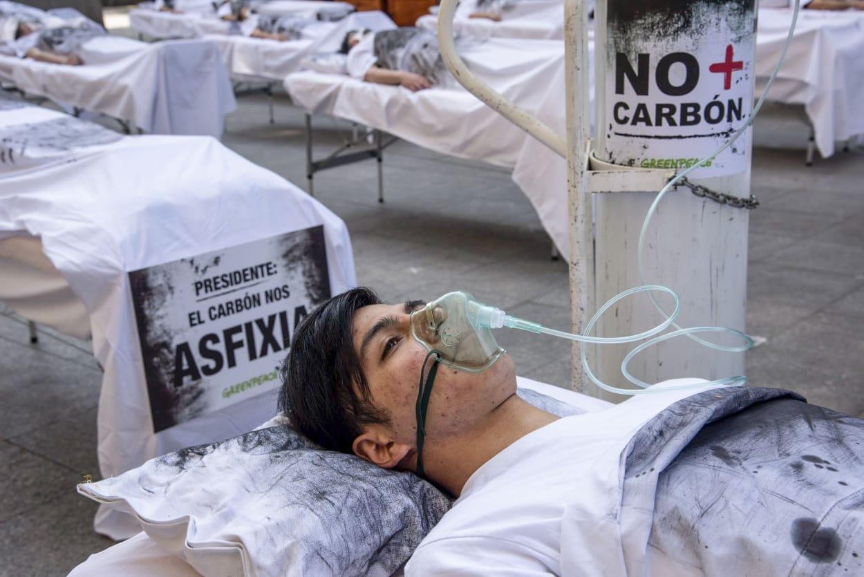 Camillas y enfermos frente a La Moneda alertan sobre consecuencias del carbón en las zonas de sacrificio