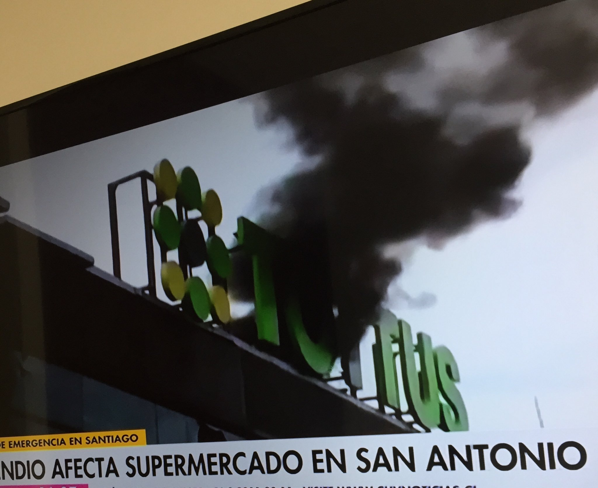 Video confirma que incendio de supermercado en San Antonio fue causado por Carabineros