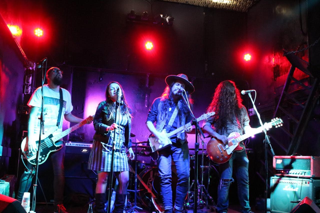 Los Makana muestran avances de su nuevo disco en un repleto Bar de Rene junto a Los Peores de Chile