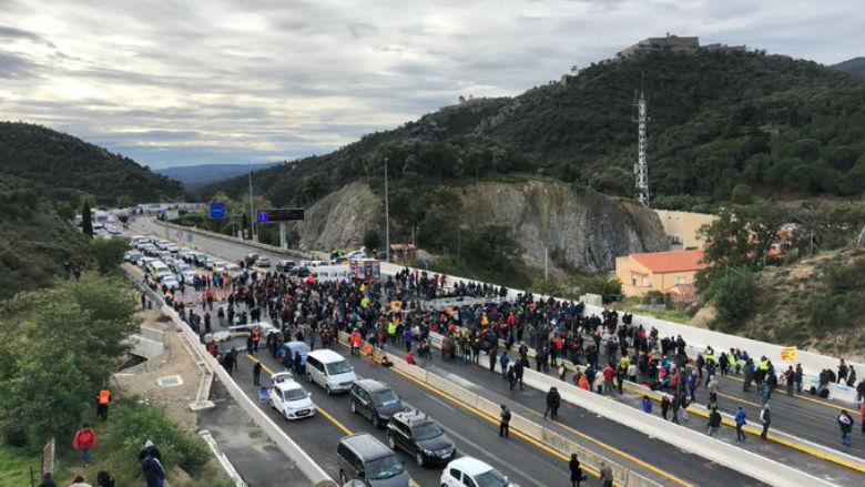 Policía francesa expulsa a los manifestantes separatistas que bloqueaban paso fronterizo