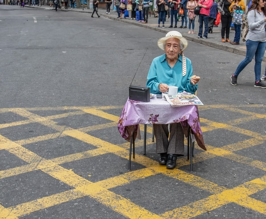 Habla abuelita que 'protestó' tomando té en la calle: «Las pensiones son vergonzosas, lo hice con gusto»