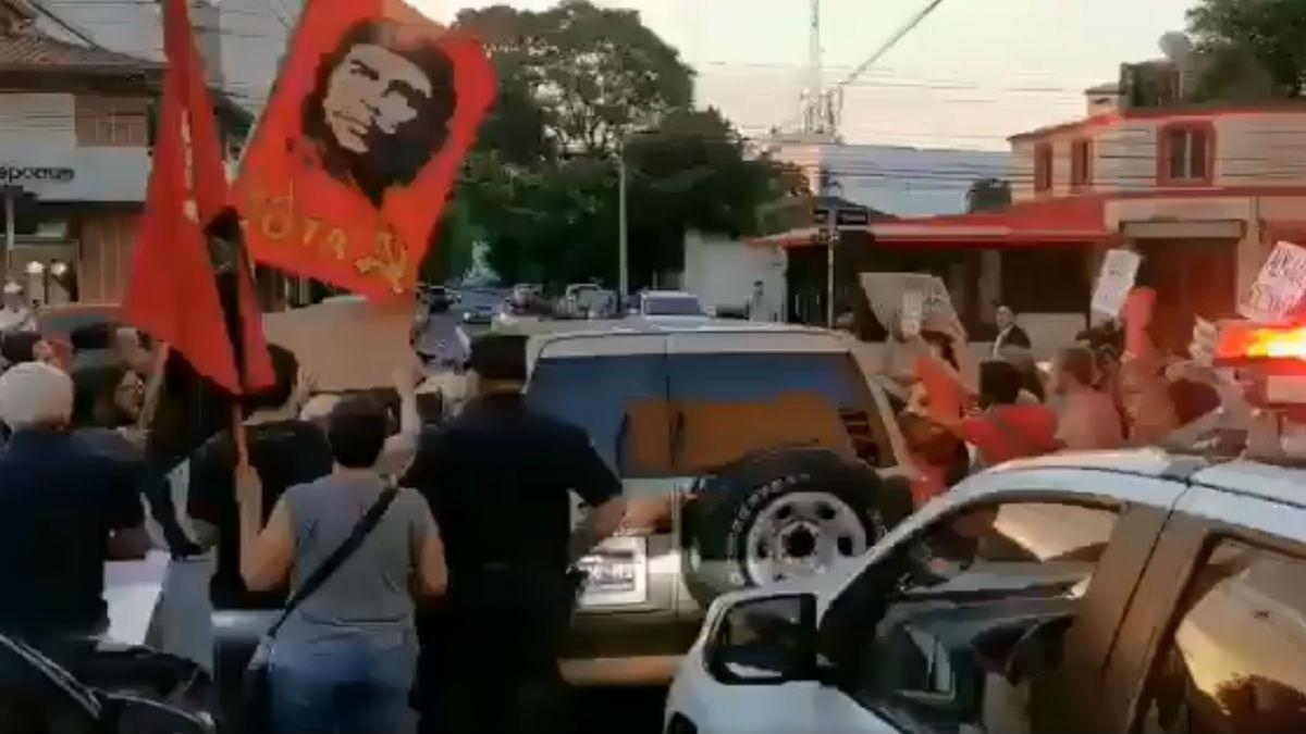 """""""¡Almagro, tus manos tienen sangre!"""" manifestantes impiden a secretario de la OEA dar discurso en Paraguay"""