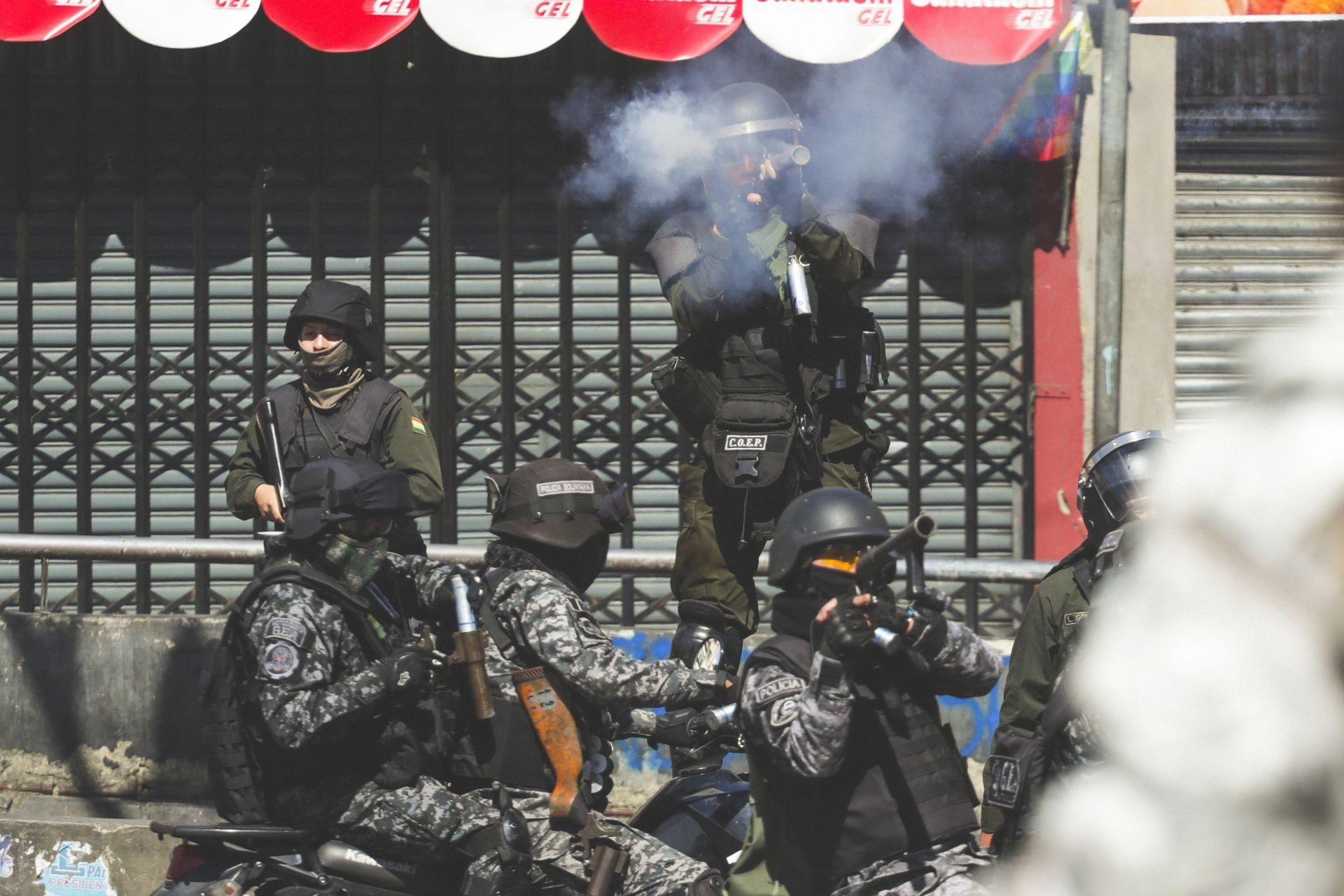 Policía de Bolivia reprime marcha con ataúdes de víctimas del golpe