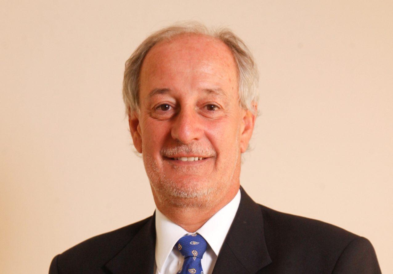 Vergonzoso: Director de Libertad y Desarrollo sube foto y acusa falsamente a Boric de evadir el Metro