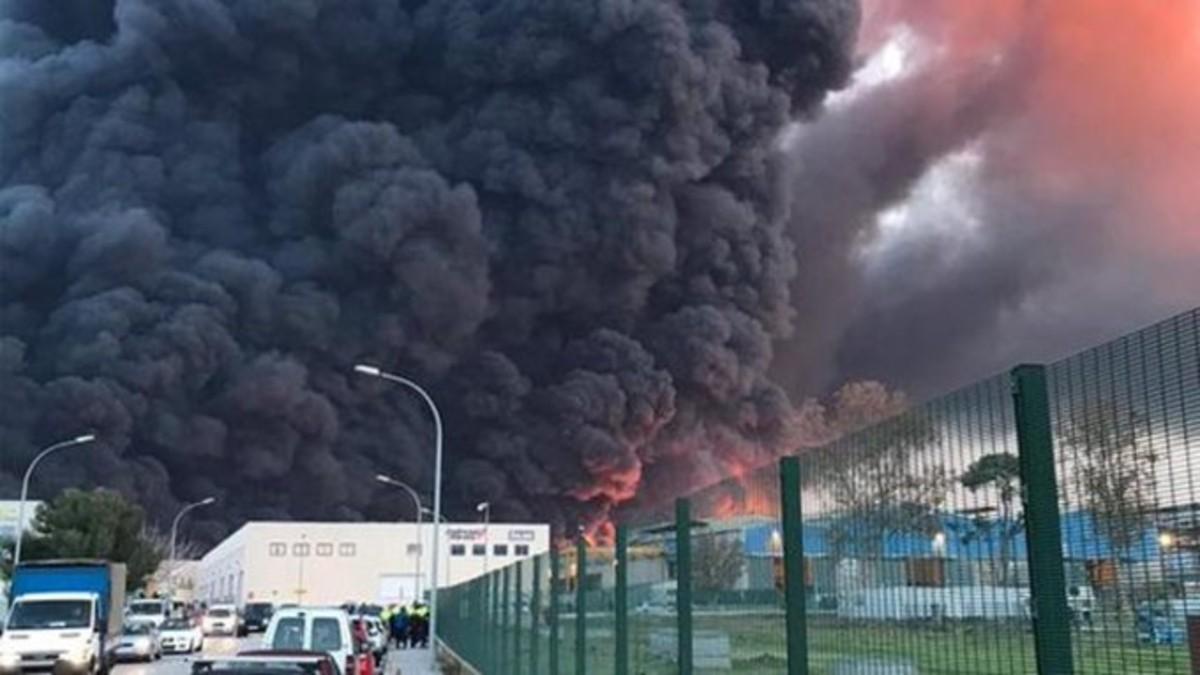 Activan plan de emergencia química en Barcelona por un gran incendio en una planta de reciclaje