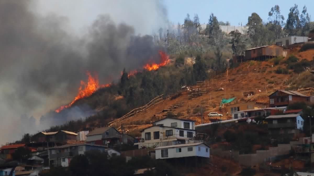 Incendio en Valparaíso desnudó que hay campamentos que llevan 45 años sin agua potable