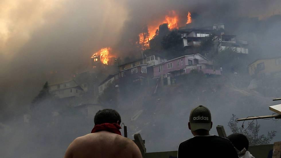 Más de 240 casas afectadas y cerca de un millar de damnificados por incendio en Valparaíso