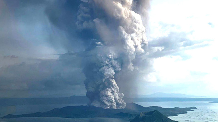 (+Video) Alerta en Filipinas tras erupción del volcán Taal