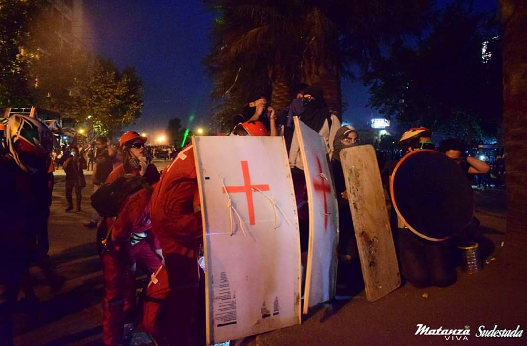 Lumazos en la cabeza y patadas en genitales: FFEE atacó a 'Cascos Rojos' mientras atendían a herido
