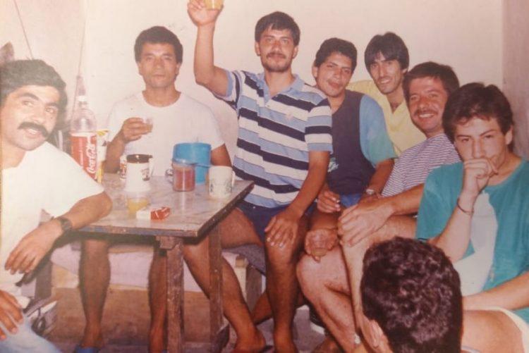 Marco, tercero de derecha a izquierda, junto a otros presos polìticos de la Cárcel Pública